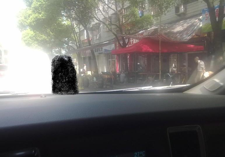 再在人行道树上搭上红色的遮阳布,而遮阳直接延伸到机动车高清图片